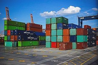 EU odloží zvýšení cel na dovoz z USA, obě strany začaly jednat o řešení sporu