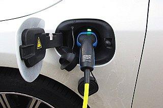Elektromobily mohou být levnější než spalovací auta už v roce 2027, tvrdí studie